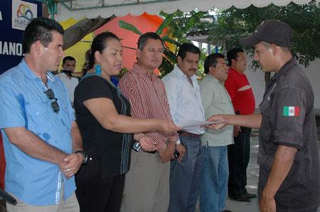 Se gradúa primera generación de policías municipales de Huatulco
