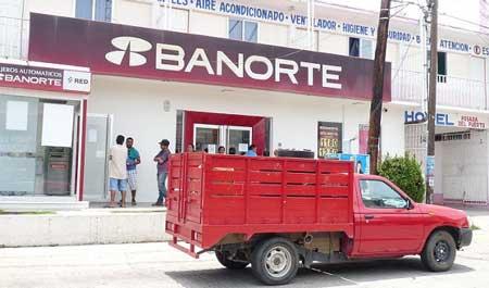 Asaltan sucursal bancaria en Puerto Escondido.