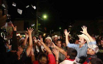 Alcalde que 'roba poquito' ahora lanza billetes al aire