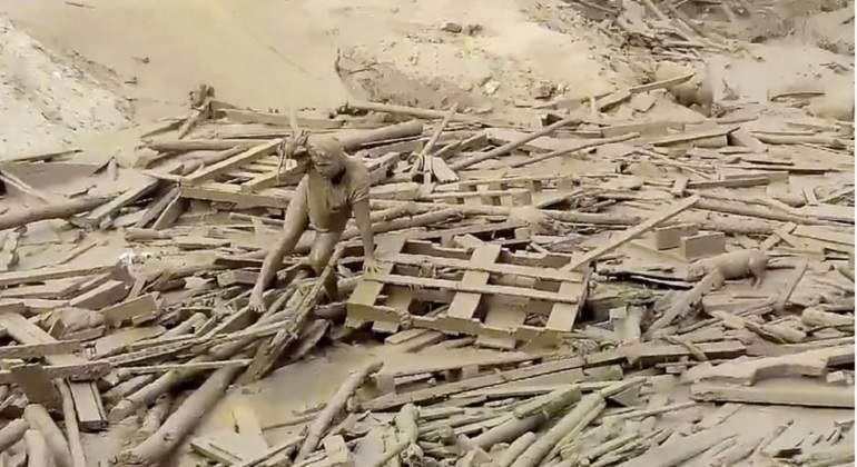 Mujer sobrevivió a una correntada de lodo en el sur de Lima