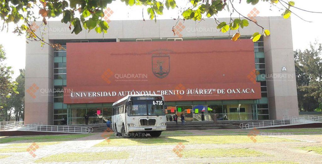 Sindicalizados de la UABJO bloquean y secuestran autobuses