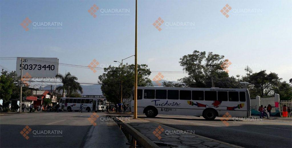 Sindicalizados de la UABJO bloquean y secuestran autobuses2