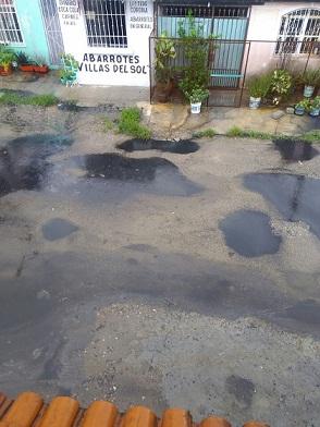 Analizan agua 'negra' que generó la lluvia ante incendio de la refinería