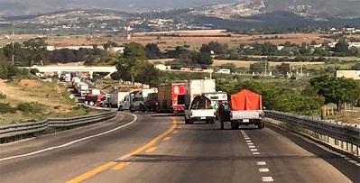 Bloquean 10 integrantes del comité de víctimas carretera en Nochixtlán