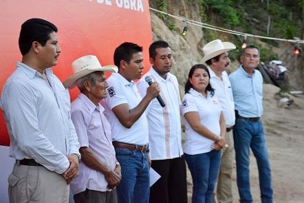 Amplía Gobierno de Huatulco red de energía eléctrica en El Arenoso