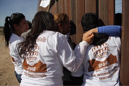 Cd. Juárez chií:  Se reúnen 40 familias y se toman de la mano en la frontera, entre muro,