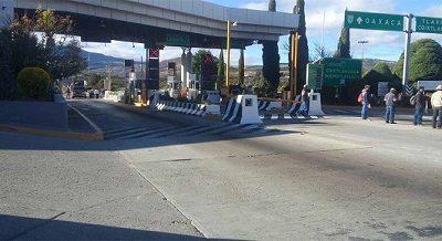 Extorsionan manifestantes a automovilistas en caseta de peaje en Oaxaca