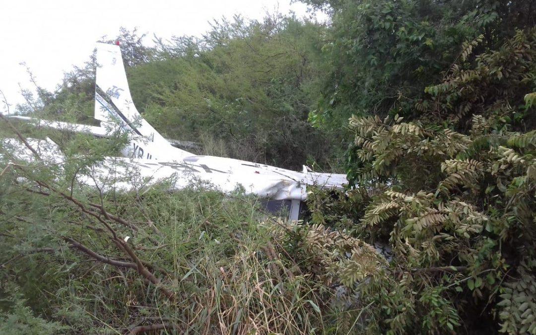 Avioneta aterriza de emergencia y aplasta a dos personas