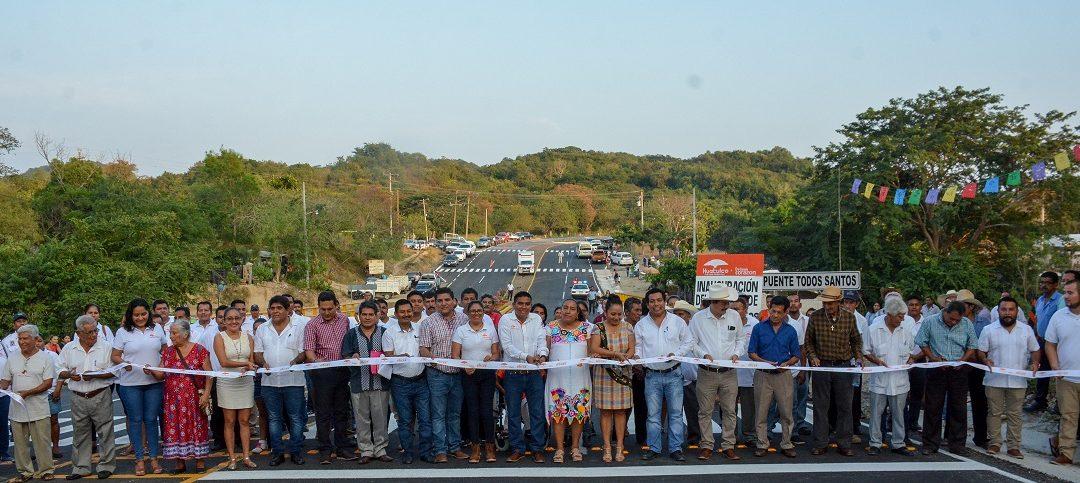 inaugura puente de Todos Santos en Huatulco