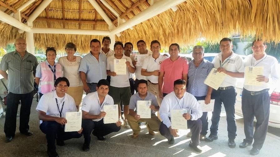 Acreditan a guías de turismo en Huatulco