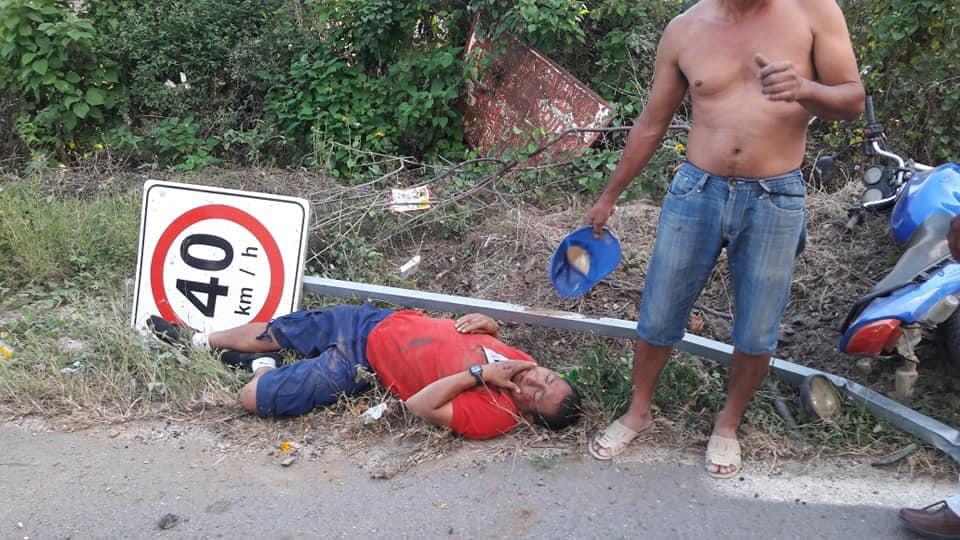Vecino de Zapotengo, se estrella contra señalamiento vial federal 200