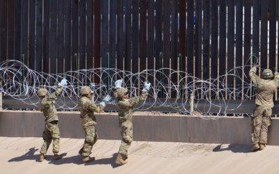 Solados americanos colocan alambre de púas en el muro fronterizo a la Altura del puente negro