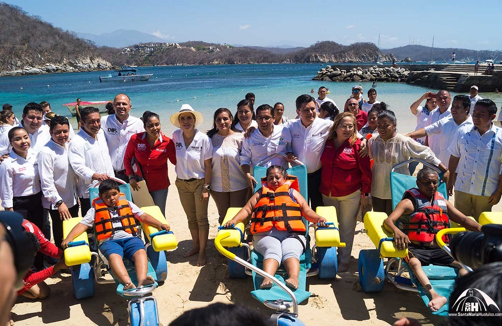 Ivette Morán de Murat inaugura la primera playa incluyente en Huatulco