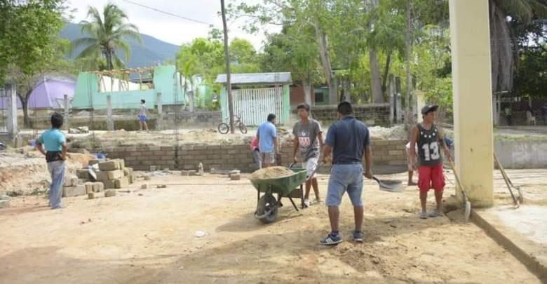Pobladores de La Erradura trabaja en la construcción de un muro en la cancha de usos múltiples