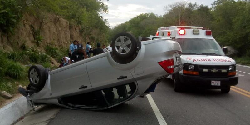 Volcadura en Huatulco deja dos lesionados