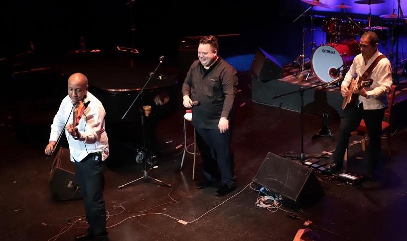 Cautiva música de boleros a oaxaqueños y turistas en el Teatro Macedonio Alcalá