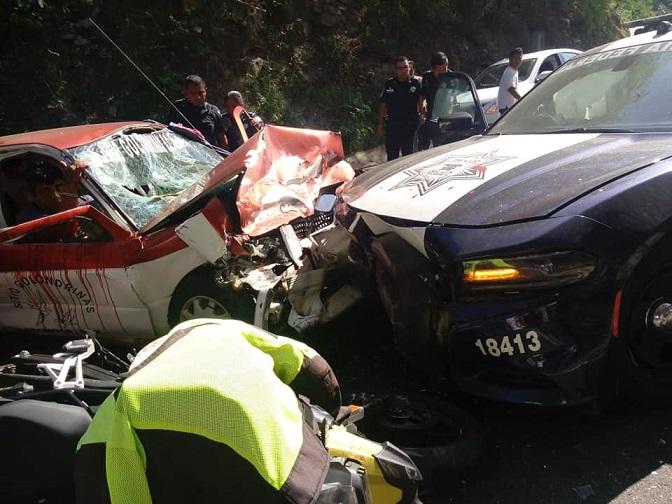 Patrulla federal provoca choque en la 200, cinco pasajeros de taxi lesionados
