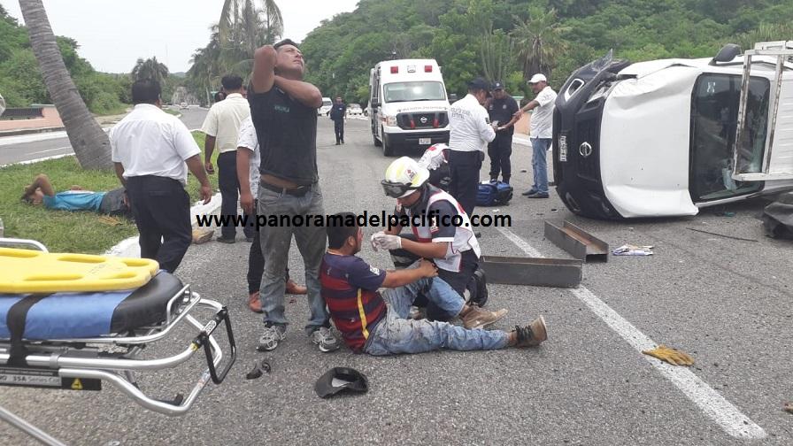 Volcadura deja cinco personas heridas, dos de ellos graves en Huatulco