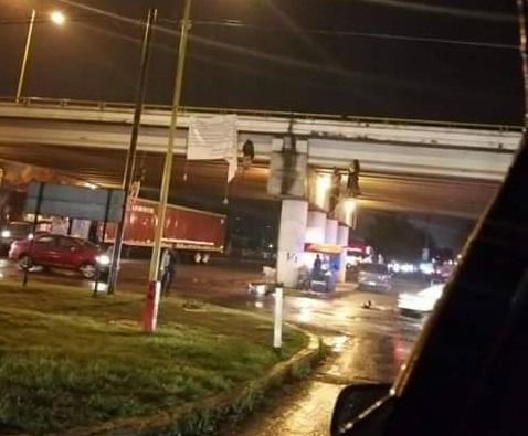 16 cadáveres son dejados colgados de puentes en Uruapan