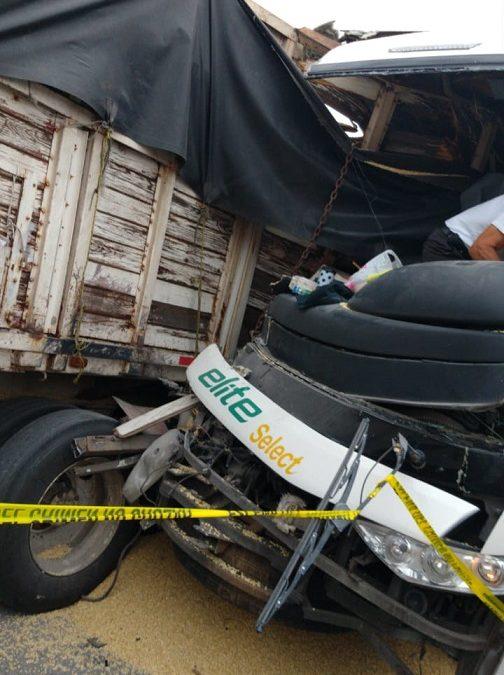 Aparatoso choque entre un autobús de pasajeros y un camión en Jalisco