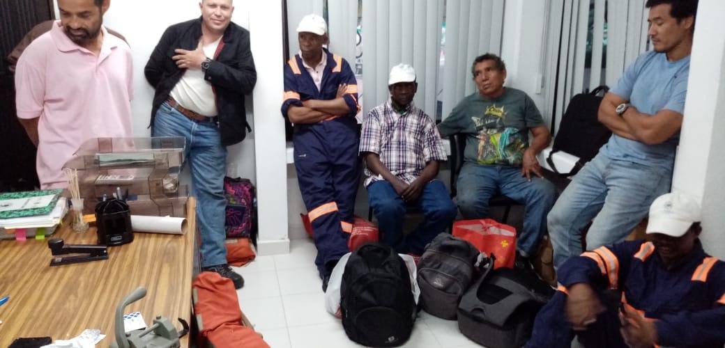 Rescatan tripulante de un barco que se hundió en Huatulco