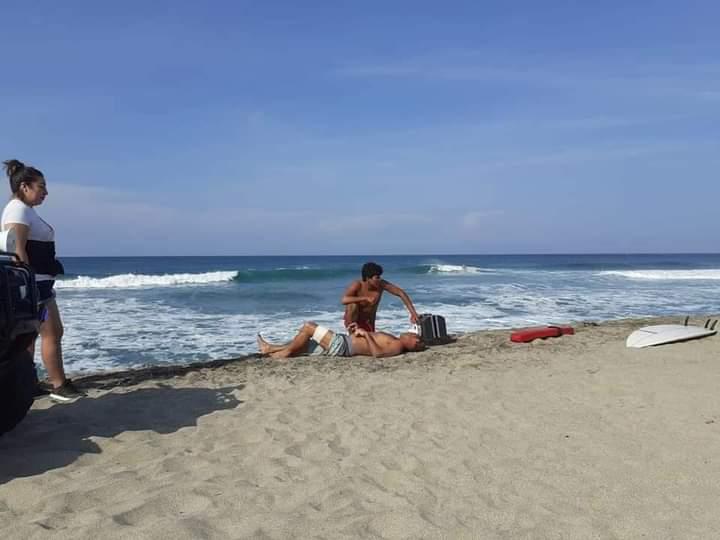 Salvavidas de Puerto Escondido rescatan a turista