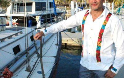 Julio Camejo tuvo sesión de fotos en Huatulco, en gratitud al artesano Rey García Serna.