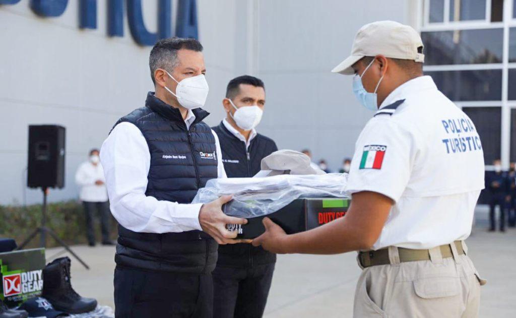 Gobierno de Oaxaca compra uniformes de policías a empresa fantasma