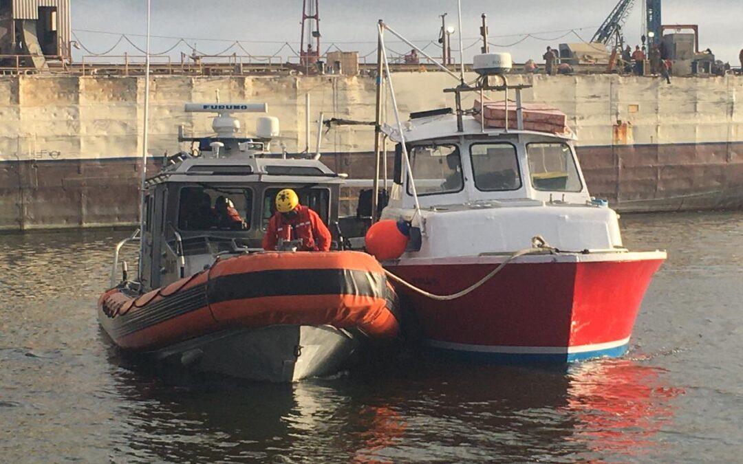 Personal de la Armada de México rescata a cinco pescadores en la costa de Ensenada, Baja California